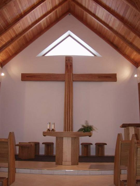 MY wedding in peony and peach - interiér kaple ...kámen a dřevo :)