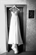 šaty jsou k prodeji ;) velikost 34, délka až na 170cm :) (spíše slečny s drobným hrudníkem a menšíma prsama) :)