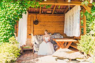 zahradní altánek a čekání na ženicha (pánvička pro případ, že by mě naštval :D )