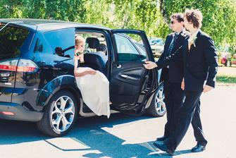 ženich a svatební koordinátor jdou naproti...