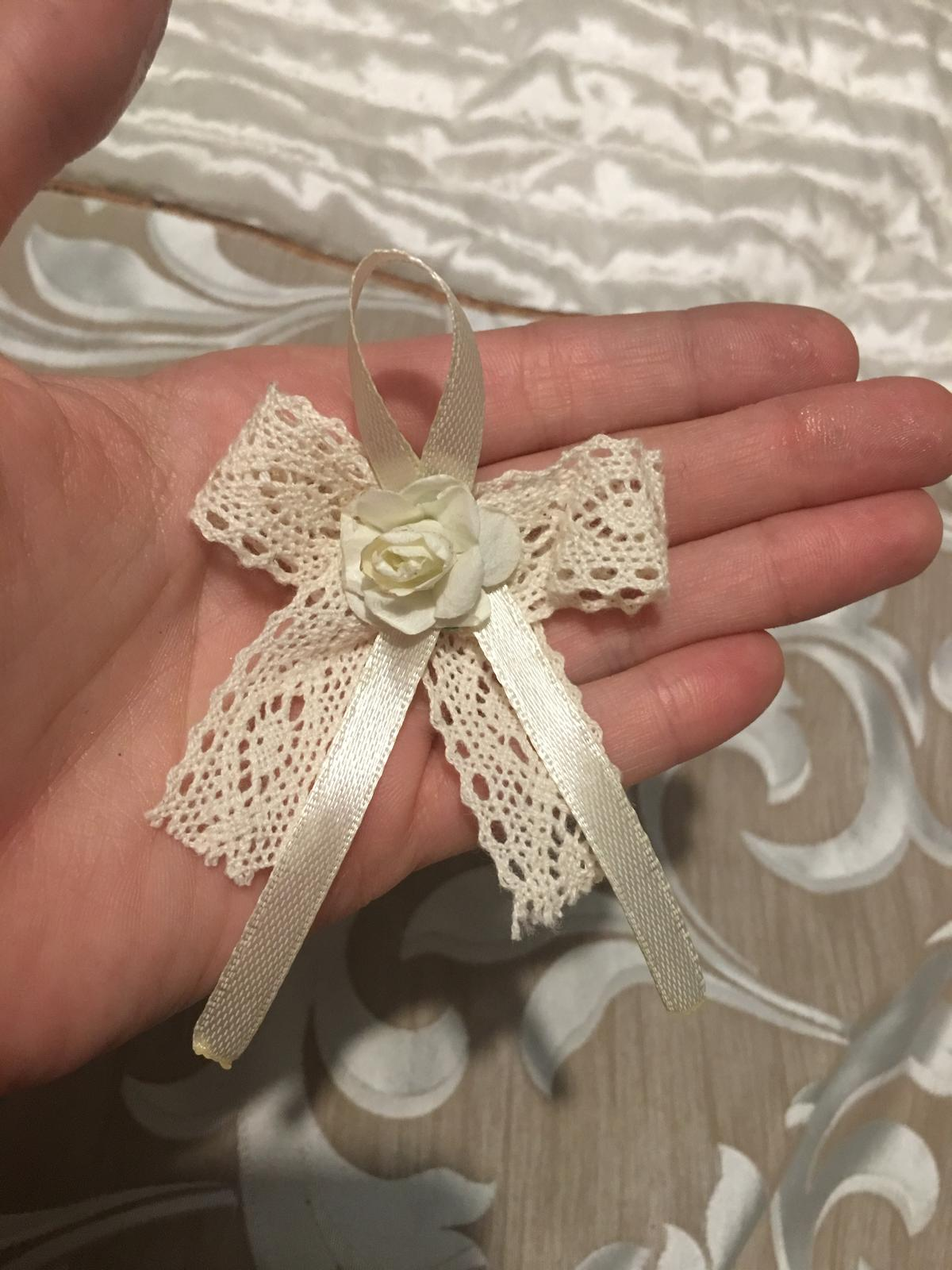 Vintage svadobne pierka s čipkou a kvietkom - Obrázok č. 1