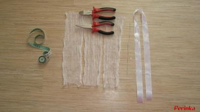 na věnečky budeme potřebovat- 3pruhy netkané textílie o šířce cca25cm a delce 50cm, drátek o délce 25cm a šířky 0,1 a metrovou stuhu
