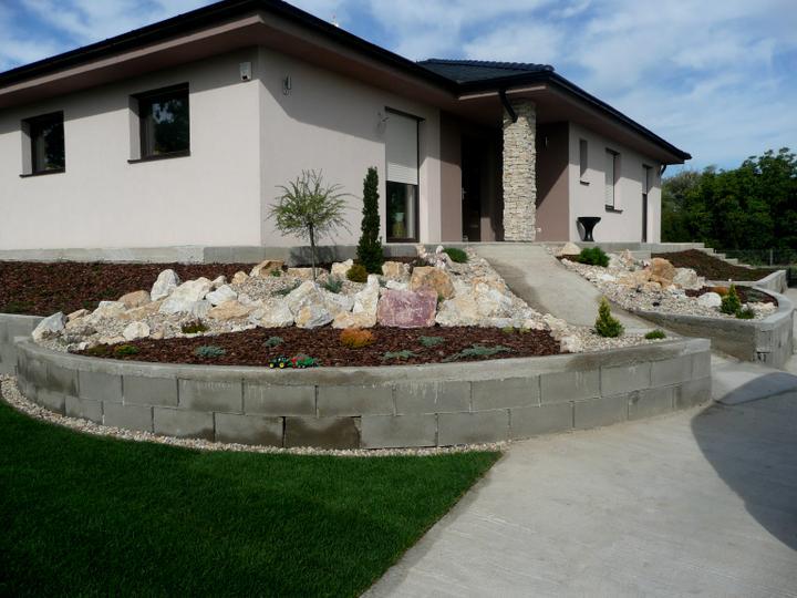 Záhrada s veľkou skalkou - mala predna skalka...no chyba este kamenny obklad-ako je na stlpiku-aj na vyvysenom zahone