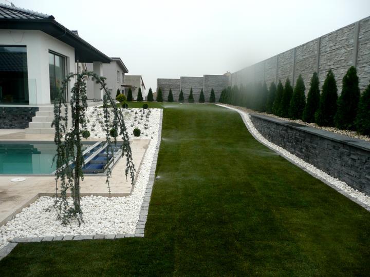 Moderná záhradka - skoda tych tuji....osobne by som ich tam nedavala...ale co uz-zakladna podmienka majitela :)