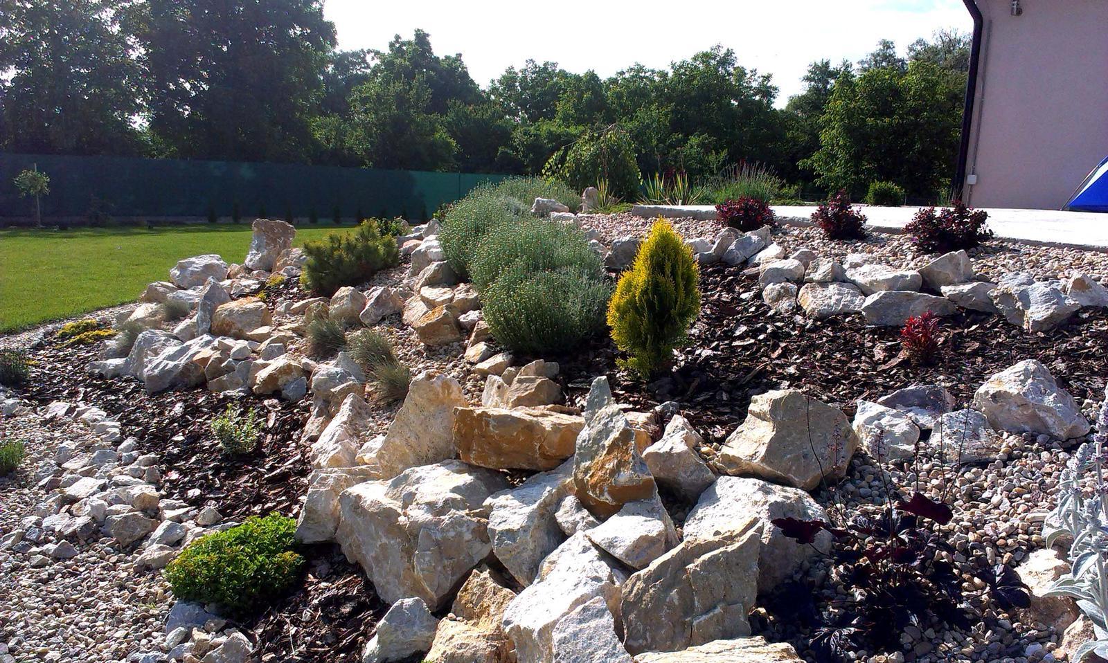 Záhrada s veľkou skalkou - Obrázok č. 36