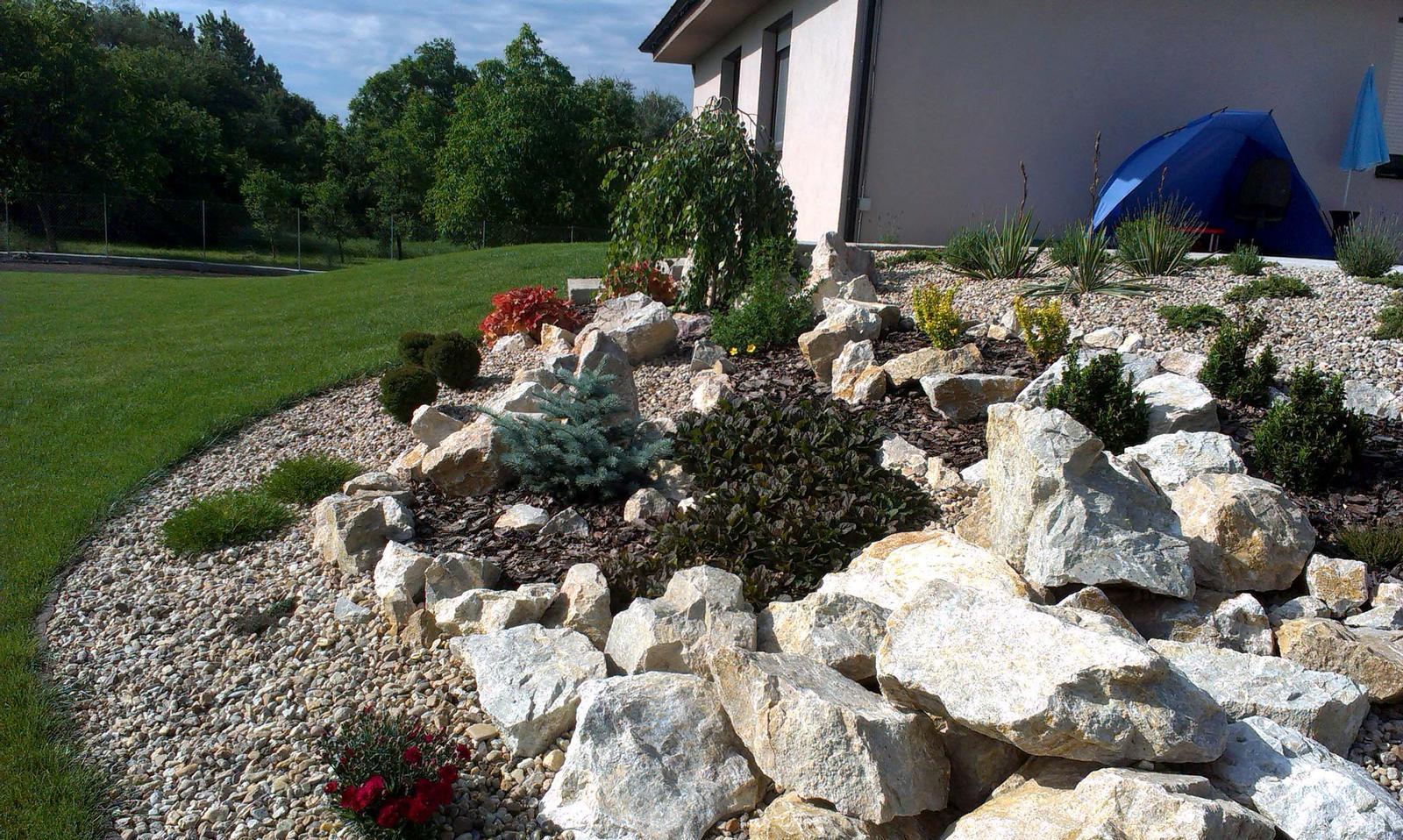 Záhrada s veľkou skalkou - Obrázok č. 38