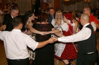 ...policajti tancujú...