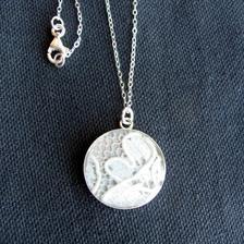 super nápad - zaliať kúsok svadobných šiat do náhrdelníka, neskôr darček dcére