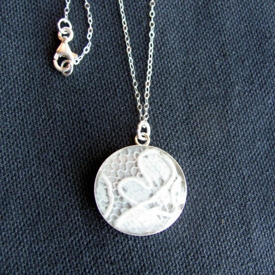 Moje predstavy :) - super nápad - zaliať kúsok svadobných šiat do náhrdelníka, neskôr darček dcére