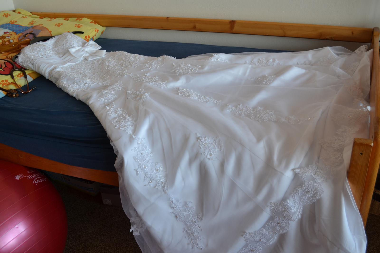 The First Day of Forever ♥ - moje šaty :) síce som pôvodne chcela jednoduché, bez vlečky a hlavne praktické, týmto som neodolala :) objednané cez net podľa obrázku, ale sú mi veľké, takže treba zúžiť, skrátiť, zohnať spodničku a potom bude všetko ako má byť :)