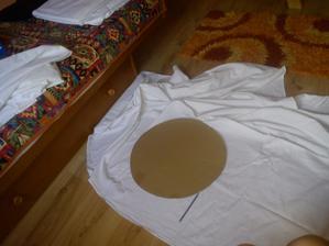 obkresľujem z plachiet kruhy na zakrytie škaredých stoličiek, lebo návleky nechcem :) len vystrihneme, prišpendlíme a stužka okolo a hotovo :)