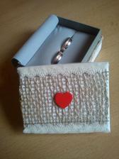 maminou za 10 minút dotvorená krabička na obrúčky :) z pôvodnej suchej krabičky so značkou obchodu je takáto krásna :) nechápem ako môže byť taká šikovná, prečo som to ja nezdedila? :D