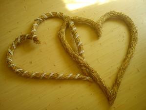 veľké slamené srdcia za nás na stenu :) dozdobia sa na mieste ružami alebo gypsomilkou alebo čo príde pod ruku :)