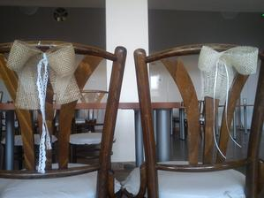 tak, dnes oficiálne začiatok vyzdobovania :) spravili sme všetky stoličky - plachty na hnusné poťahy sme prilepili pištoľou a previazali, a spravili mašličky :) s čipkou za hlavné stoly, bledé so stužkou na bočné stoly pre kamarátov :)