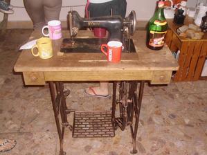 donesený starý šijací stroj a na ňom koštovka svadobného vína naliateho v hrnčekoch z fľaše zo Sangrie :D