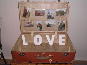 cestovateľský kufor s fotkami, v ktorom budú naše zápisníky, kde lepíme všetky spomienkové veci, odkedy sme spolu :)