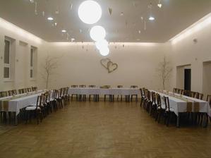 pohľad na sálu :) ešte nie dokonalé, bude vpredu banketka či ako sa to volá a na stoloch kvety, ale zhruba hotové  :)
