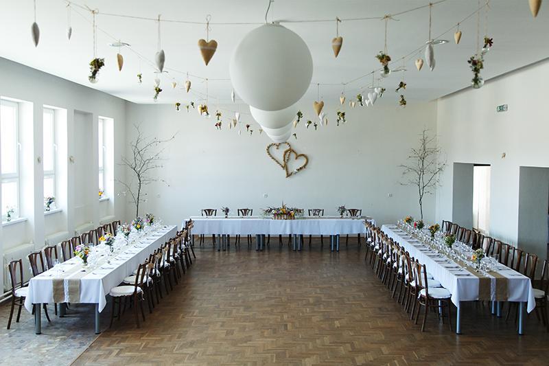 Zdobené s láskou :) naša svadobná výzdoba - pohľad z pódia na sálu :) na strop sme zavesili ušité srdiečka a vázičky zo starých žiaroviek plnené poľnými kvietkami :)