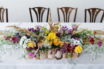 úžasná ikebana na hlavnom stole
