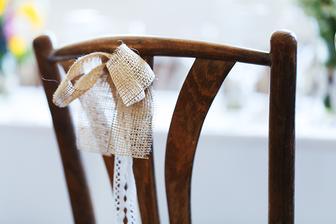 jutovo - čipkové mašličky na stoličkách