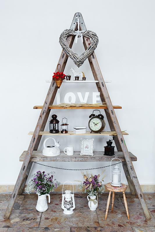 Zdobené s láskou :) naša svadobná výzdoba - rebrík so všelijakými vecičkami, od mamininých servítkových džbánikov, čajníku, srdiečkovej škatuľky, cez LOVE písmenká od @dubienok a kopou vecí od kamošiek :)