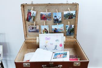 Kufrík s našimi fotkami a vo vnútri našimi zápisníkmi, kde máme ponalepované zážitkové a cestovateľské drobnosti od prvého dňa, čo sme sa spoznali :) a obrázok, ktorý nakreslila sestrička pár mesiacov pred svadbou :)