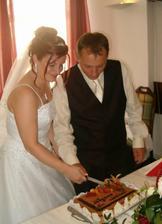 """První krájení dortu.tímto bychom rádi poděkovali našemu už skoro """"rodinnému"""" cukráři.:-))) Děkujeme Lukáši"""