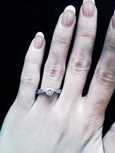 Můj zásnubní prstýnek :) (Swarovski, detail např. zde: http://www.beremese.cz/catalog/vendor/purry/blog-album/stribrne-zasnubni-prsteny/13750684/)