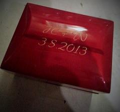 K manžetovým knoflíčkům jsem nechala zároveň na dřevěnou krabičku vygravírovat iniciály a datum, kdy mě požádal o ruku. Věřte nebo ne, krabička byla dražší než její obsah :D