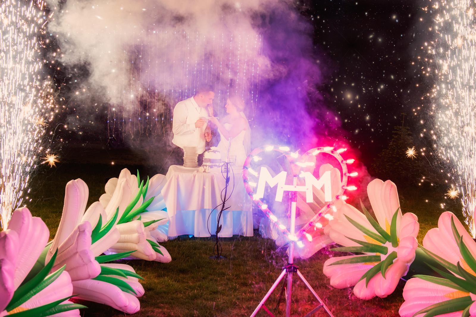 Miriama{{_AND_}}Marek - Krájanie torty pod holým nebom :)