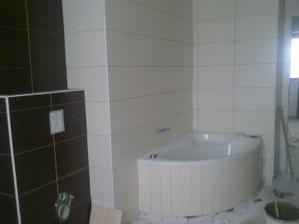 zmenšená kúpelka okolo vany (priestor využitý na vstavané skrine)