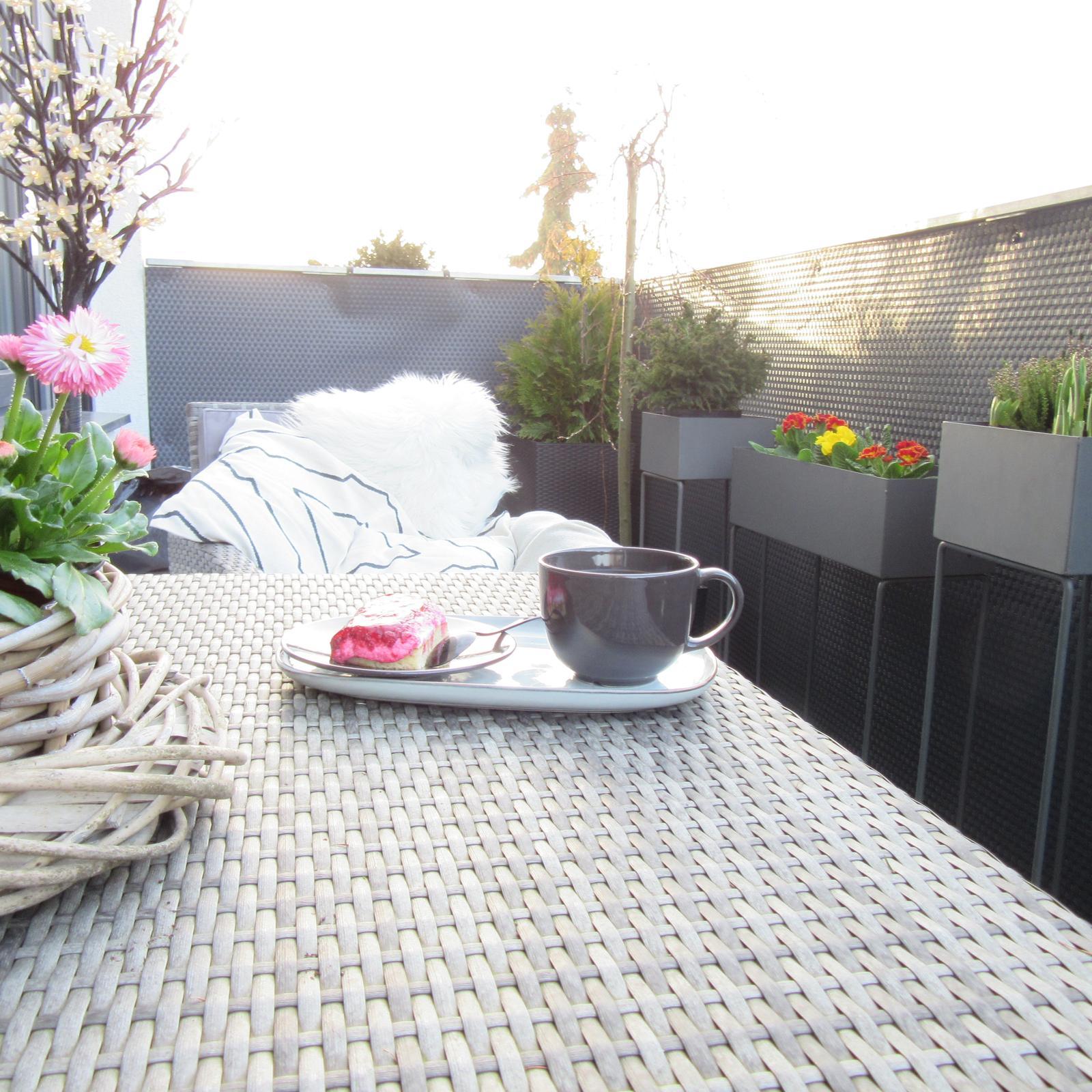 U nás doma v roce 2021 - Včera odzimována terasa a vysazeny první kytičky... po práci odměna..... bylo krásně, bohužel už zase hlásí ochlazení😒