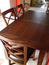 už máme aj stôl so stoličkami, dve sú v špajzi, aby nezavadzali :-)zatiaľ sme len štyria :-D