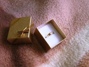 zásnubný prstienok... sadol :-)