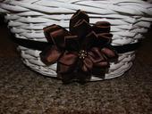 Bílý košíček s hnědou květinou,
