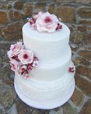 Jemný třípatrový dort laděný do bordó barvy s cukrovými růžemi a doplňkovými bordó kvítky