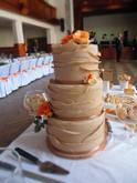 Komínový třípatrový dort se zdvojenými patry a lupínkovým zdobením s cukrovými růžemi