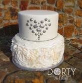 Dvoupatrový dort se spodním patrem zdobeným kanýrky s efektem růže, vrchní patro zdobené jedlými diamanty