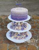 Nepotahovaný dort - krémové zdobení vrchního dortu, instalace na stojanu. Stojan doplněn o barevně sladěné cake-pops a makronky. Narozeninová varianta, možné vynechat číslici a přidat cukrové květy.