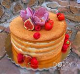 """Naked cake neboli """"naháč"""" s fíky, čerstvými maliami, jahodami a cukrovými tulipány"""