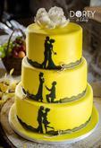 Svatební dort s příběhem - v sytě žluté barvě dozdobený siluetami z jedlého papíru, jedlou krajkou a cukrovými tulipány