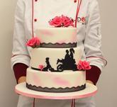 Svatební dort s cukrovými růžovými růžemi, růžovým prachováním, černou jedlou krajkou a ručně vyřezávanými siluetami na přání