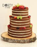 Nahý dort s kakaovým piškotem a limetkovým mascarpone krémem zdobený čerstvým ovocem