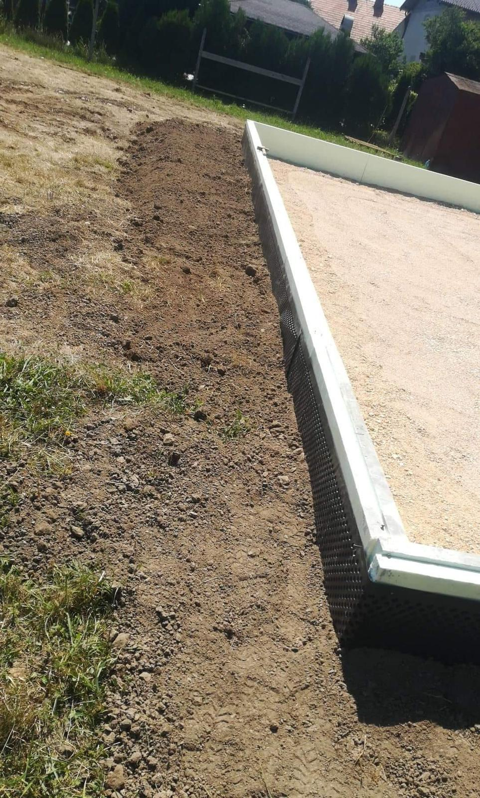 Náš Dom základy na XPS - spevnenie zvonku kôli zálievke betónu