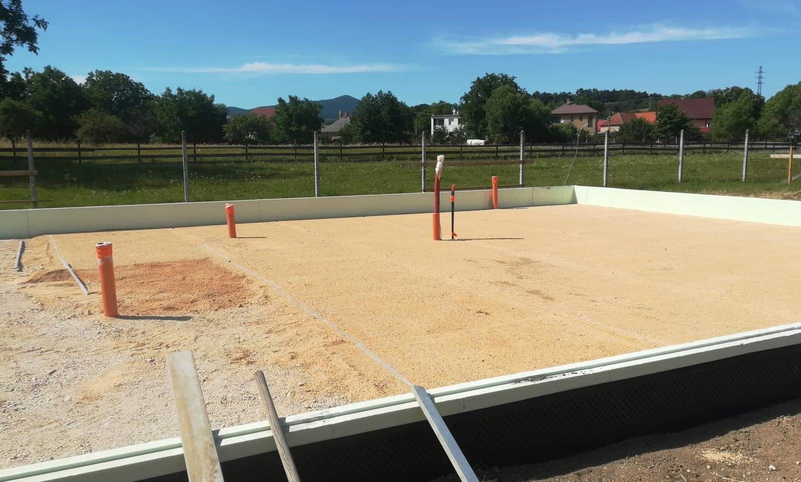 Náš Dom základy na XPS - vyrovnávanie jemným pieskom