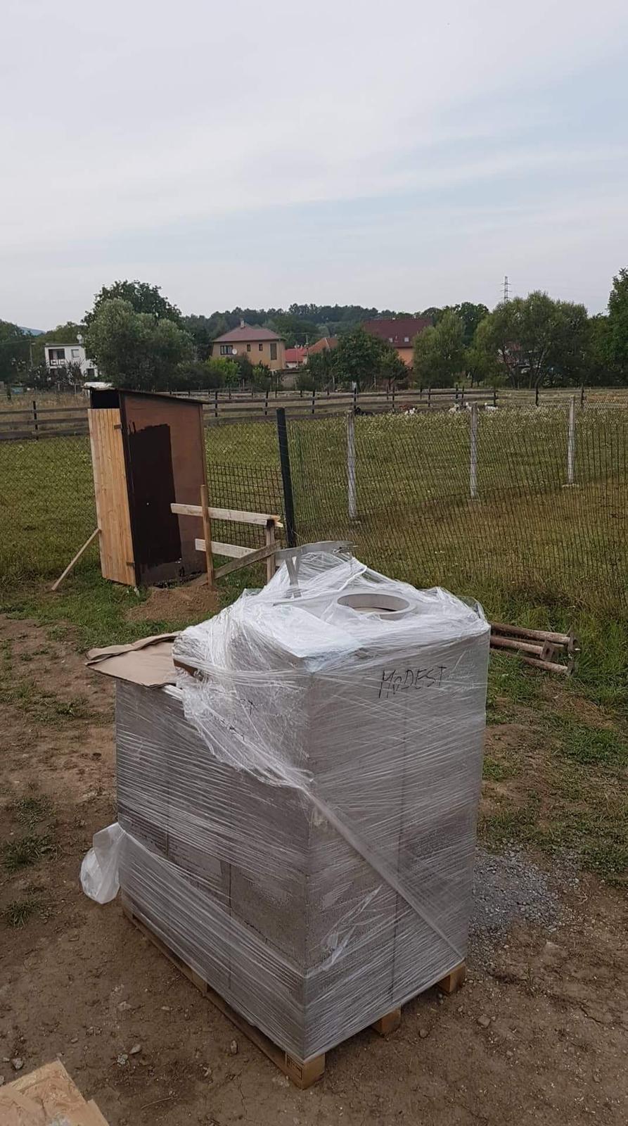 Náš Dom základy na XPS - Dorazil komín