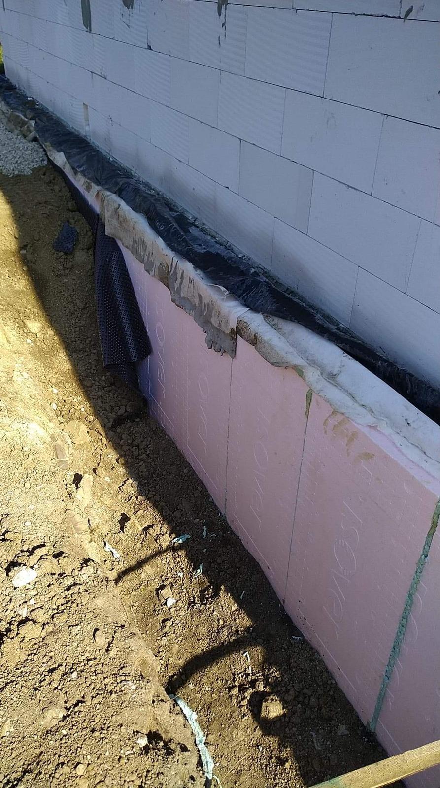 Náš Dom základy na XPS - Pridal som 10cm do hĺbky cca 0,9m, celkovo 23cm zateplené základy