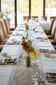Jutovinová dekoracia na svadobný stôl,