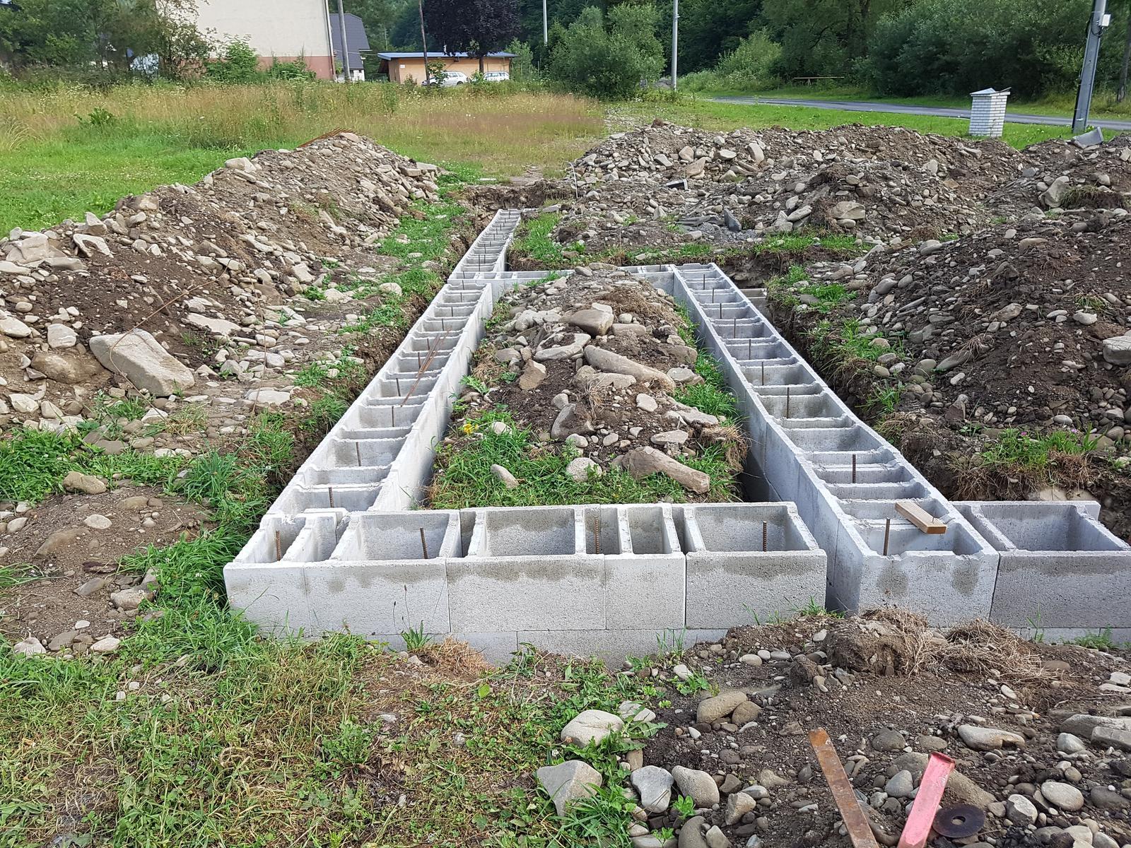 Bungalov 967 upravený - Dilatácia terasa a garáž od domu XPS