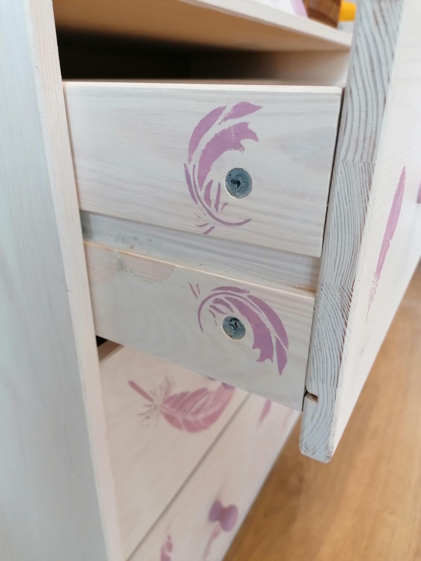 Renovácie nábytku - mám rada takýto wau efekt, keď sa otvorí šuflík a aj tam je maľba